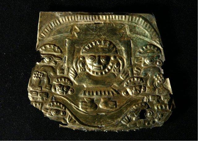 El dios Naymlapen en su barca, placa de oro de la cultura Chimú, 1000 d. C. – 1450 d. C.