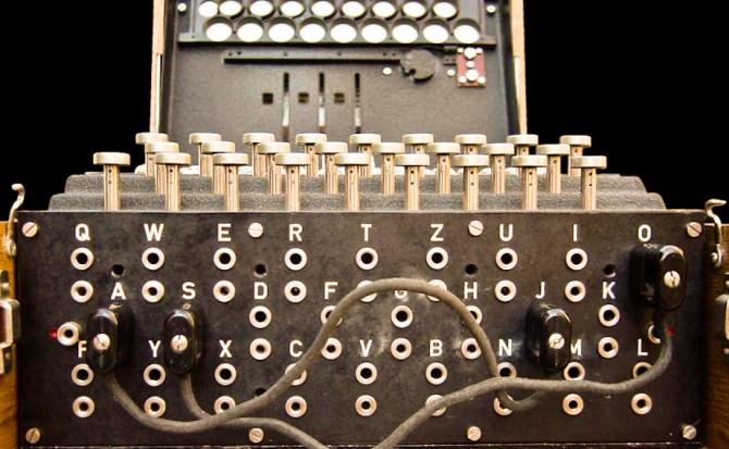 Enigma era el nombre de una máquina que disponía de un mecanismo de cifrado rotatorio, que permitía usarla tanto para cifrar como para descifrar mensajes.