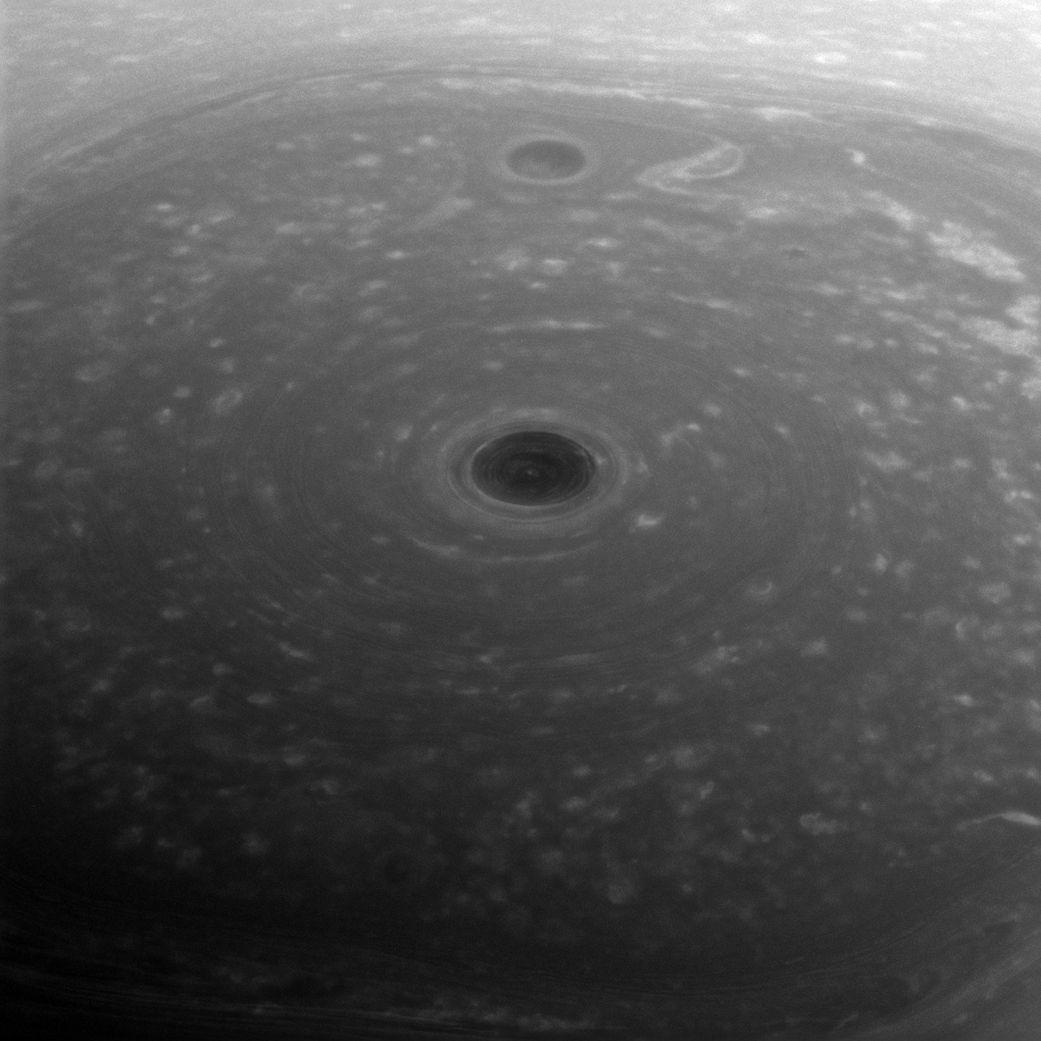 Fotografía del polo norte de Saturno, titulada: «En la cima del mundo».
