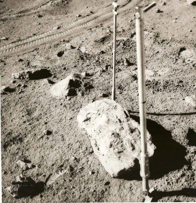Lugar de recolección de 66095 (abajo a la izquierda) y la roca (centro).