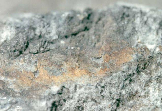 Primer plano de las sales metálicas «oxidadas» en la superficie de la muestra.