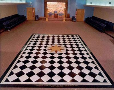 Sirio, la estrella ardiente, en el centro del pavimento mosaico masónico.