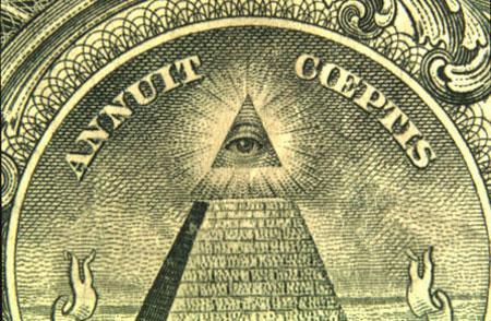 """La luz detrás de el """"Ojo que todo lo ve"""" en el billete de un dólar estadounidense no es la del sol, si no la de Sirio. La Gran Pirámide de Giza fue construida en la alineación con Sirio, por lo que se muestra brillante justo encima de la pirámide. Un radiante homenaje a Sirius se encuentra por lo tanto en los bolsillos de millones de ciudadanos norteamericanos."""