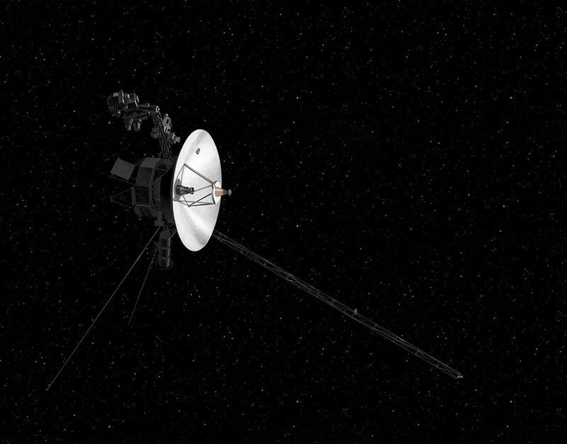 Una ilustración de una de las sondas Voyager viajando en el espacio.