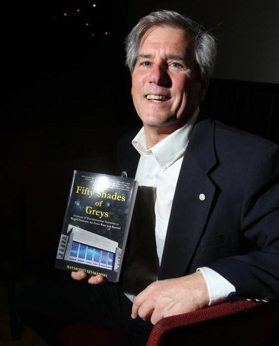 Raymond Szymanski. El investigador extraterrestre, que trabajó como ingeniero y científico senior en WPAFB durante 39 años, detalló toda la extensión de la actividad «alienígena» en la base en un libro titulado «50 Shades of Greys».