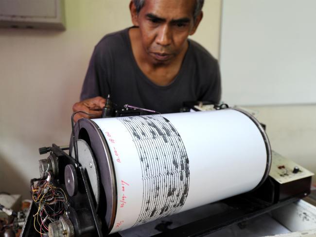 Un hombre monitorea las ondas sísmicas en la estación de monitoreo de Mount Agung en Karangasem en la isla balnearia indonesia de Bali.