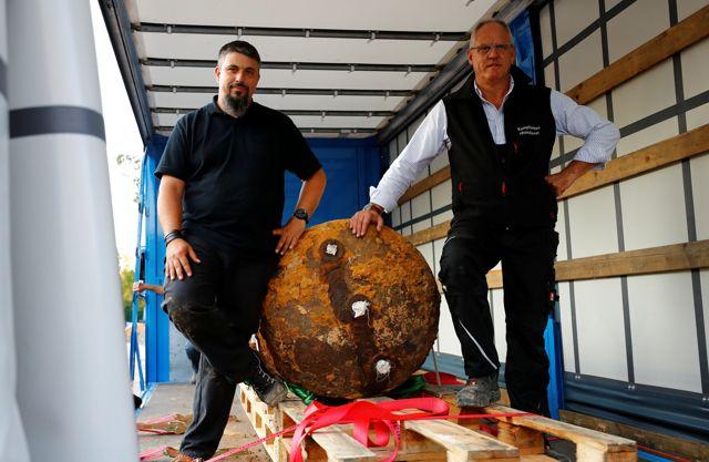 Bomba encontrada en Alemania, y correspondiente a la Segunda Guerra Mundial. Posando con ella: Dieter Schwetzler y Rene Bennert tras desactivarla.