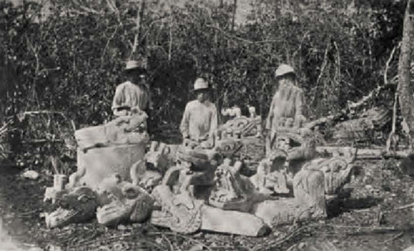 Augustus Le Plongeon y algunos de sus trabajadores posan junto a una colección de esculturas mayas cerca de la pirámide principal de Chichén Itzá, (1875). Fotografía publicada en «A Dream of Maya», libro de Lawrence Gustave Desmond (aportada por el autor)