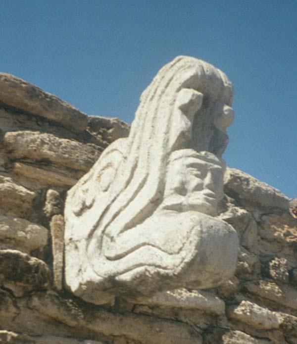 Escultura del juego de pelota del asentamiento postclásico de Mixco Viejo, Guatemala. Esta figura representa a Kukulkán, con sus fauces abiertas, y la figura de un guerrero humano surgiendo de su boca.