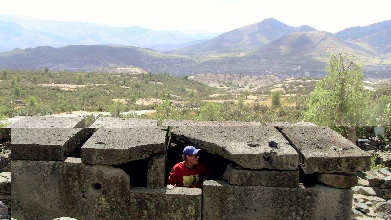 En la foto se puede ver que Brien Foerster está dentro de una de las «cajas» en Wari, y que definitivamente parece reconstruida, ya que las superficies son muy superiores a las articulaciones. Es probable que aquí, como en Cusco y otros lugares, una cultura anterior ocupara el sitio, y luego la gente Wari más tarde se mudó y recicló lo que estaba allí.