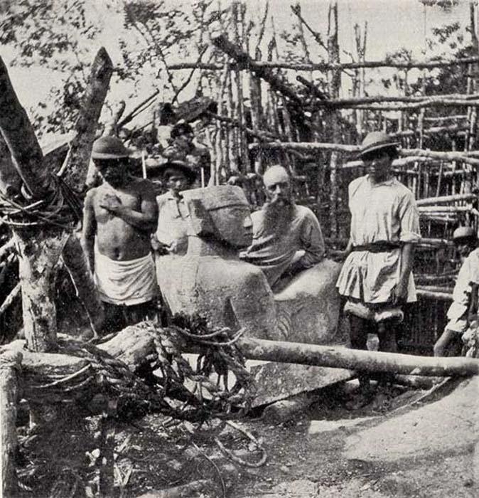 La grandiosa antigüedad de los mayas – Le Plongeon posa sentado en una escultura de Chac-Mool extraída de una profundidad de más de tres metros en Chichén Itzá. Del libro «A Dream of Maya». (Fotografía aportada por el autor)