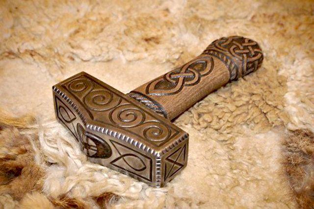 El objeto más representativo de Thor -y su arma preferida- es el martillo de guerra Mjolnir, creado por enanos, y que nunca falla en su blanco.