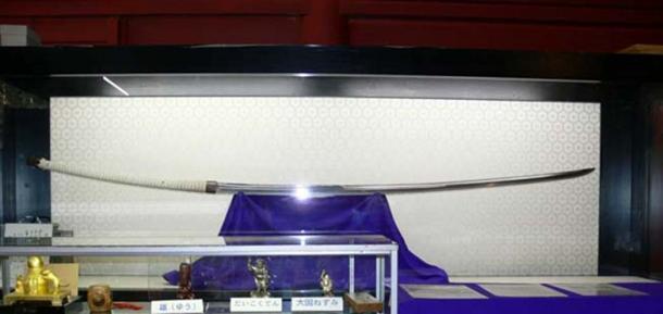 Esta espada larga de Nodachi de más de 1,5 metros (5 pies) de largo es todavía pequeña en comparación con el Norimitsu Odachi