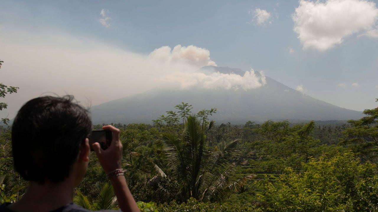 Volcán Agung: Evacúan a 35.000 personas en Bali por alerta de erupción
