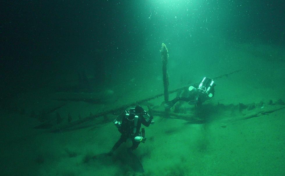 La galera romana se encuentra parcialmente enterrada con mástiles todavía de pie, los timones y los remolcadores unidos y las cuerdas todavía intactas.