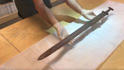 Hallazgo de misteriosa e impresionante espada vikinga desconcierta a investigadores