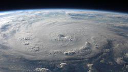Un proyecto por valor de unos 45 millones de dólares dio a científicos de la Universidad de Miami la capacidad de crear un huracán real, con velocidades de viento de categoría 5 en un laboratorio. Conocido como SUSTAIN (abreviatura de SUrge STructure Atmosphere Interaction), el laboratorio tuvo la habilidad -casi hace dos años- de crear un huracán artificial con velocidades de vientos que alcanzaban los sorprendentes 252 km/hora. Mucha gente estaría de acuerdo en que esto es más que preocupante. El laboratorio donde se hacen los huracanes se compone de un tanque de agua acrílico de 75 pies de largo y capacidad de 30,000 galones, equipado con un ventilador de 1.700 caballos de fuerza y un generador de onda de 12 paletas. El hecho de que los científicos sean capaces de recrear un huracán en un laboratorio es aterrador. El director del proyecto SUSTAIN, Brian Haus, dijo a Popular Science: «Podemos crear el equivalente de un huracán con vientos de más de 200 millas por hora. Esa es una categoría más allá de la 5». Cuando se enciende, las herramientas multifuncionales trabajan juntas para crear una amplia gama de condiciones climáticas con el fin de producir un huracán. Esto nos lleva a otro tema polémico muy encubierto en el último par de décadas: El control del tiempo. Muchas instituciones académicas en América están estrechamente vinculadas al Complejo Industrial Militar donde diferentes temas, como la guerra del tiempo o la geoingeniería han sido desarrolladas por grupos de investigadores. Ejemplos de tales instituciones académicas son el MIT con contratistas de defensa tales como Raytheon y la Corporación MITRE trabajando estrechamente en conjunto con instituciones académicas y el gobierno de los Estados Unidos. Entendiendo esta conexión, los investigadores de la geoingeniería se han preguntado legítimamente si es posible que los huracanes recientes fueron diseñados o alterados de cualquier manera con la tecnología top-secret de la geoingeniería. SUSTAIN tiene la ca