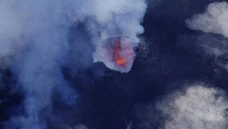 El volcán Manaro en erupción, el pasado martes