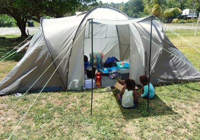 Vecinos de la isla Ambae, asentados en el centro de evacuación de la Cruz Roja en el este de Ambae A
