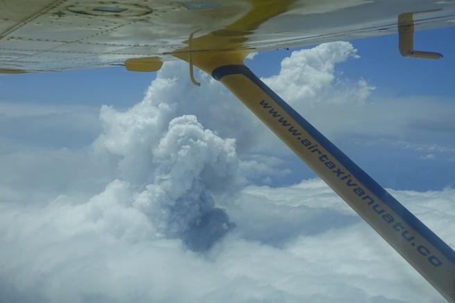 La erupción del volcán, desde el aire
