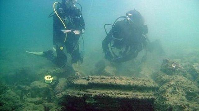 Restos subacuáticos. Los buzos examinan los restos subacuáticos hallados al norte de la isla de Zacinto, en Grecia.