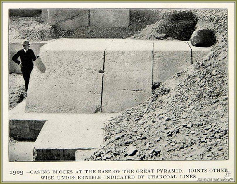 Las enormes piedras del antiguo revestimiento de la Gran Pirámide. En el 832 d. C. la pirámide estaba aún enteramente cubierta por estos bloques