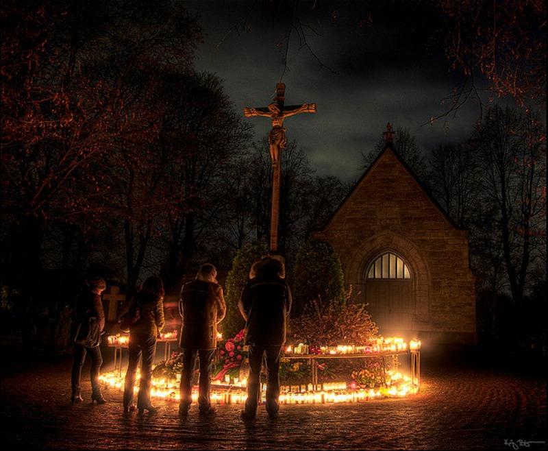 Con la llegada del Cristianismo, Samhain no desapareció, pese a los esfuerzos de la Iglesia por erradicar las tradiciones paganas. Simplemente, se transformó y adaptó a los nuevos tiempos. En la imagen, cristianos Luteranos rezando en Suecia ante la Cruz en la noche de Halloween.