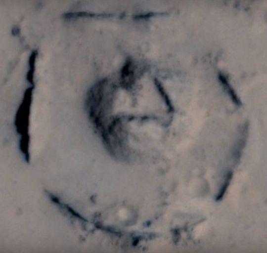Acercamiento extraña formación en Marte. A simple vista no es algo que la naturaleza terrestre pueda hacer, ¿acaso la naturaleza marciana fue la causante? o más bien ¿alguien allá lo hizo?