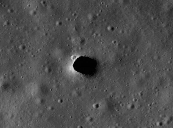 Imagen tomada por Kaguya muestra un agujero de 50 metros en la superficie lunar que conduce a una cueva que se extiende por 50 km