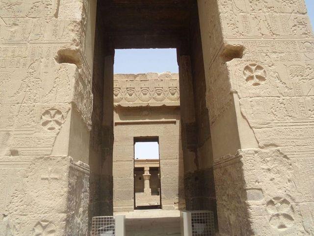 Las cruces de referencia en uno de los templos dedicados al culto a la diosa Isis, en el islote de Agilkia (anteriormente ubicado en la hundida isla de Filé), Egipto