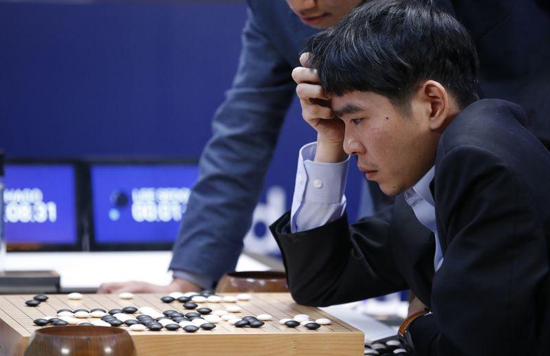 Lee Sedol siendo aplastado por AlphaGo en 2016
