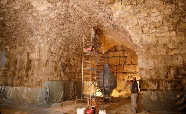 Operarios trabajan en los túneles del Muro de las Lamentaciones, en Jerusalén.