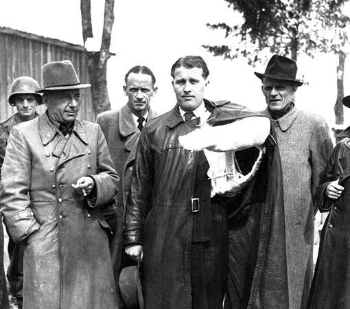 Von Braun, con el brazo roto tras un accidente de coches, en el momento de entregarse a los Estados Unidos para continuar su trabajo en cohetes