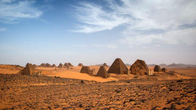 Las pirámides se elevan sobre la arena del desierto de Sahara.