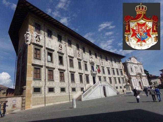 Palacio que los Médici dieron a la Orden en Pisa, junto a la Iglesia de San Esteban, cuya heráldica se destaca en la parte superior derecha de la imagen.