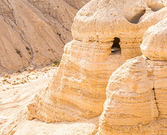 Las cuevas cercanas a la comunidad de Qumran, como esta, albergaban los Rollos del Mar Muerto.