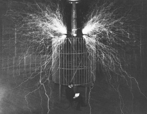 Fig. 1. - Las chispas más grandes jamás producidas por el hombre. El Sr. Tesla epuede verse sentado leyendo un libro tranquilamente ante una máquina muy poderosa.