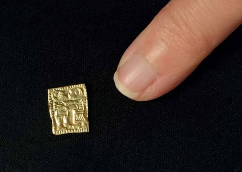 Estos amuletos de oro son diminutos, aproximadamente del tamaño de la uña del dedo meñique