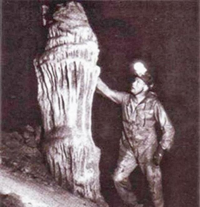 Neil Armstrong dentro de la cueva en 1976.