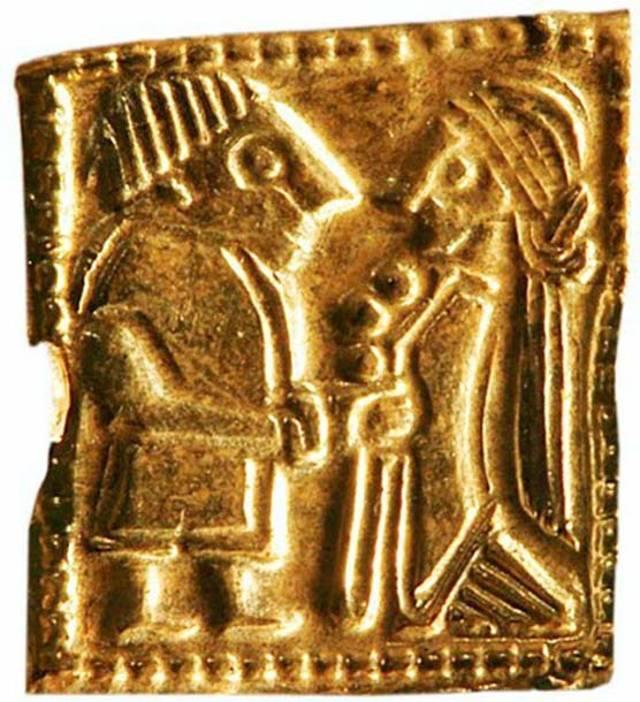 Detalles de un antiguo amuleto nórdico de oro en miniatura visto al microscopio