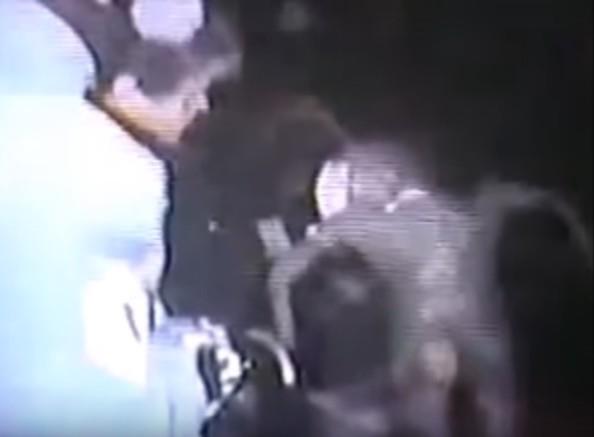 Escena del vídeo que muestra a un extraterrestre muerto siendo analizado por una persona