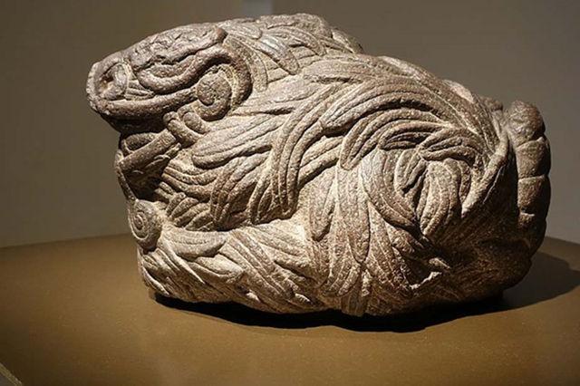 Estatua de Quetzalcóatl como serpiente emplumada