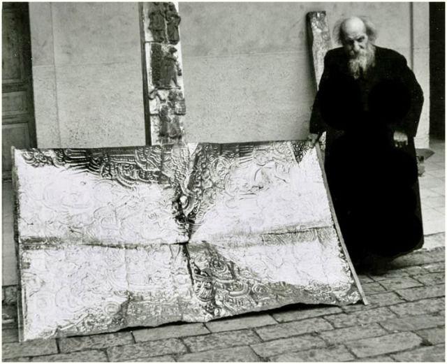 Padre Crespi posando junto a un posible artefacto de metal obtenido de la Cueva de los Tayos.