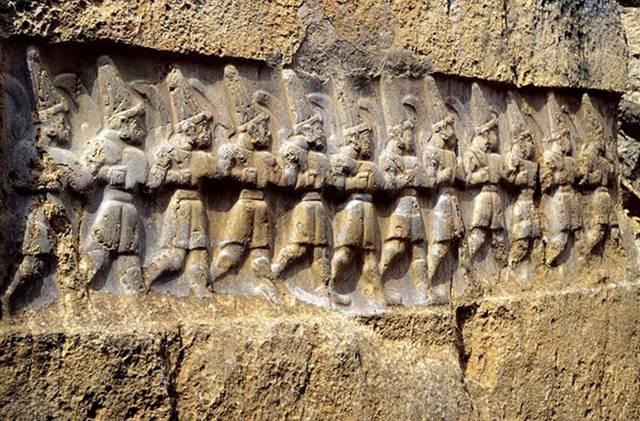 Antiguo relieve hitita de Yazılıkaya, santuario de Hattusa. En él podemos observar a los doce dioses del inframundo, a quienes los hititas identificaban como los Anunnaki mesopotámicos