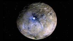 ¿Qué está causando que el interior de Ceres se mueva constantemente?