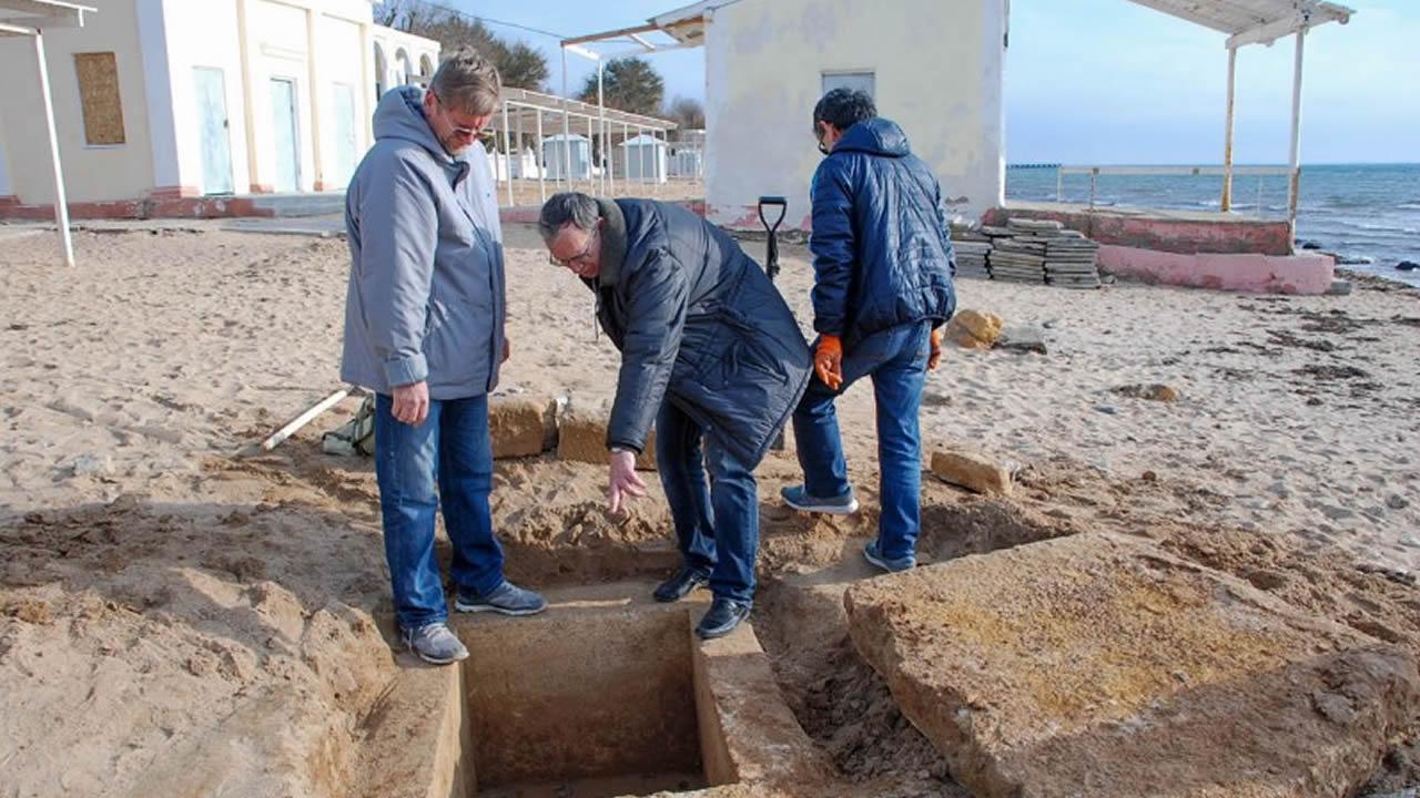 Encuentran antigua tumba griega en una playa de Crimea