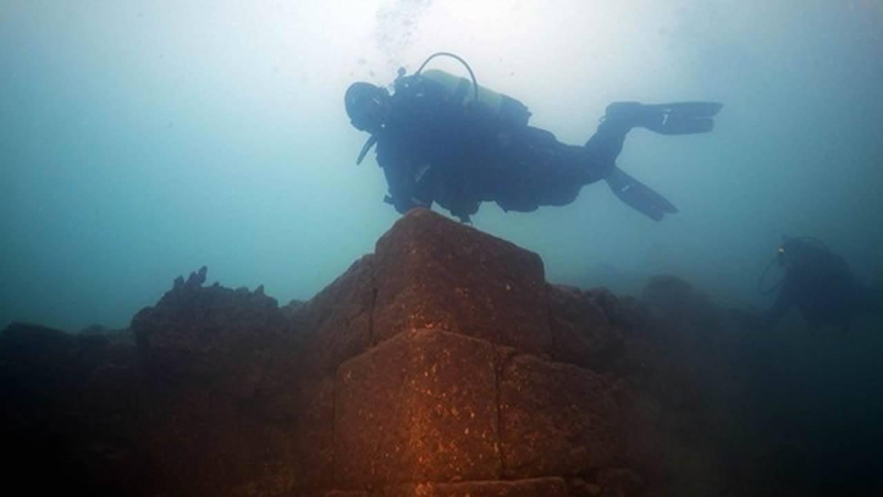 Hallan un misterioso castillo de 3.000 años sumergido en un lago de Turquía