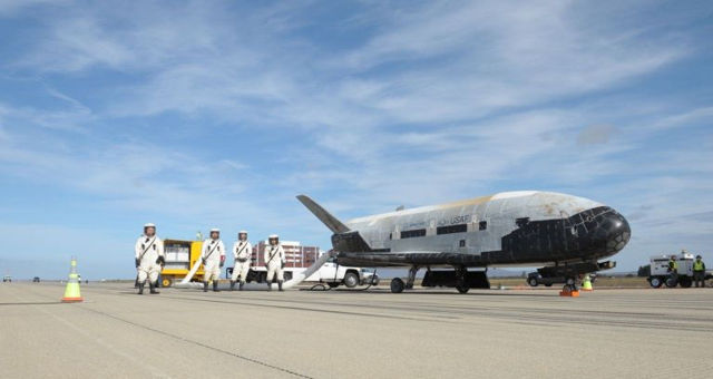 Avión espacial no tripulado X-37B de la Fuerza Aérea de los EE.UU., el cual orbitó durante cientos de días en misiones secretas. «Realmente se usa y está diseñado para hacer cosas en órbita y luego poder traer experimentos a la Tierra», dice el general Raymond.