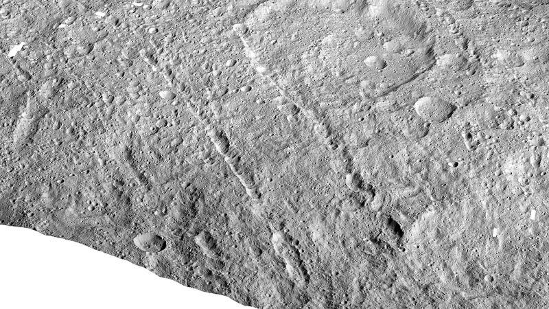 Esta imagen hecha con datos de la nave espacial Dawn de la NASA muestra cadenas de hoyos en el planeta enano Ceres