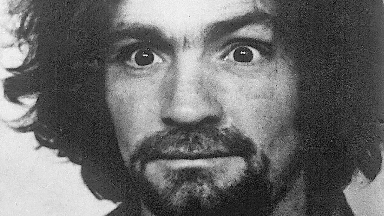 Charles Manson, asesino en serie, fallece a los 83 años de edad